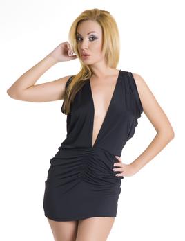 Платье с глубоким вырезом черное
